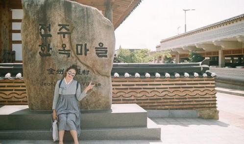 """Giới trẻ Hàn Quốc đồng loạt lăng xê """"hot trend"""" Hanbok cách tân"""
